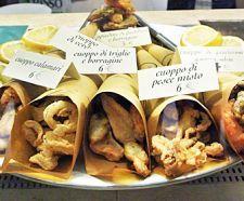 CUOPPO DI PESCE FRITTO Cartoccio di fritto composto da filetti di triglia, filetti di pesce bandiera, calamari e gamberoni di Sciacca. Il pescato del giorno viene infarinato, poi sottoposto a una doppia panatura di pan grattato artigianale.