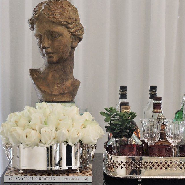 Bandeja oblonga e floreira de prata da St. James em uma mesa bar super contemporânea   Vendas pelo whatsapp  (11)99885-8092
