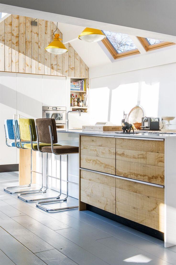 Houten keuken met kookeiland en ontbijtbar voor appartement #keuken #kookeiland #houtenkeuken