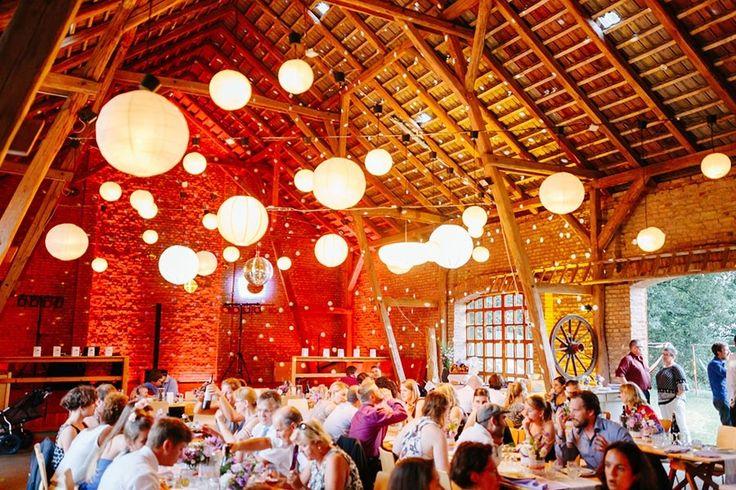 Beleuchtete PomPoms bei einer Hochzeit in einer Scheune <3  Foto: www.stefandeutsch.de