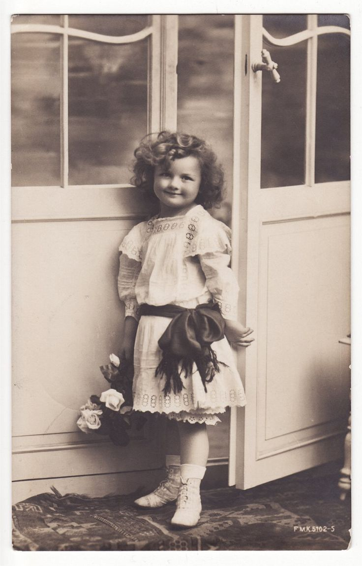 Vintage photo (adorable). Children as they should be - innocent and without a care!
