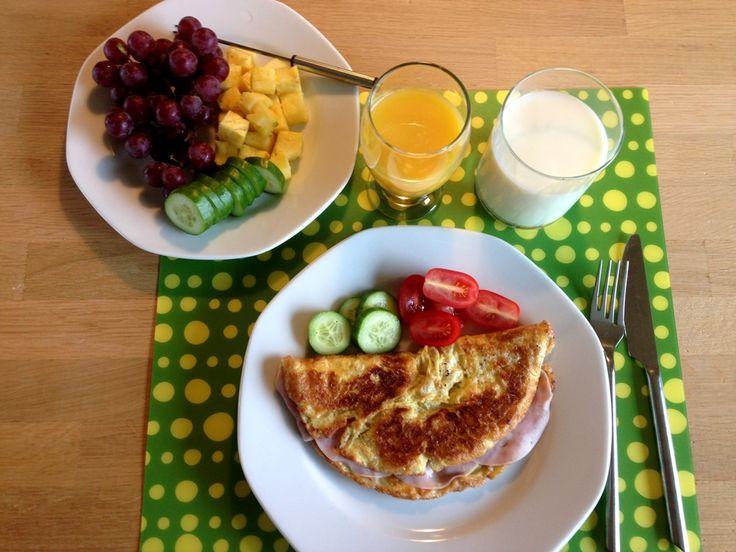 Omelet. Morgen-omelet med skinke. Lækker og meget simpel opskrift på omelet serveret med et par skiver skinke, grøntsager og frugt til.