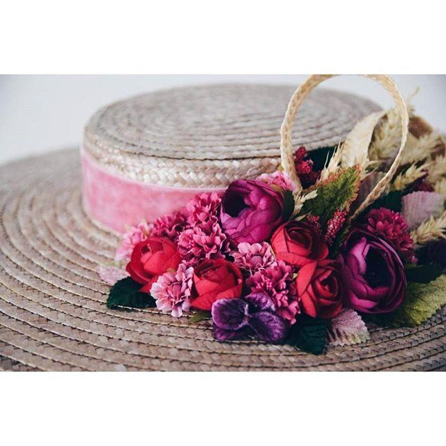 Seguimos creando para ti #Buenosdías   #BeToscana💚   ________________________________  #detalles #tocados #canotier #pamela #lookinvitada #invitadasconestilo #tocadospersonalizados #tocadosbonitos #tocadosflores #invitadaperfecta #buganvilla #BuganvillaTeam #bodas #wedding