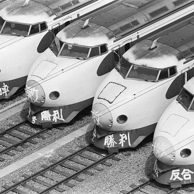 【hellokatzeeee】さんのInstagramをピンしています。 《賃上げを求める#国鉄のストが長期化し、来日中だったエリザベス英女王夫妻の#京都 行きが、新幹線から空路に変更された。#世界 の労働者と抑圧された民族と国よ、団結せよ!#日本#労働組合#サービス残業#深夜業#廃止#共産党#しんぶん赤旗#社会党#昭和#レトロ #生活保障に税金使え #嵐#ジャニーズ #写真好きな人と繋がりたい #海 #千葉#田舎 #新幹線》