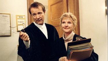Café Meineid - A bissl anders: Richter Heinz Wunder (Erich Hallhuber jun.) und Roswitha Haider (Thekla Mayhoff).   Bild: BR/Foto Sessner