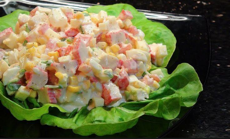 Cette recette de salade de bâtonnets de crabe, à laquelle s'y ajoutent des légumes et du fromage, vous mettra définitivement l'eau à la bouche. Pour la préparer, il vous faudra donc des bâtonnets de crabe, des œufs, du fromage, des oignons verts, une tomate et du maïs en grains. Voici maintenant les étapes : Dans …