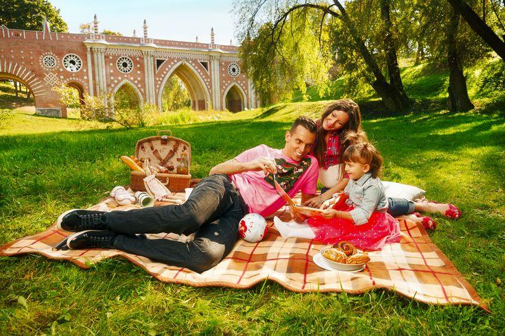 Moscow. Tsaritsyno Park. Family. Picnic. Marinato Guilherme. Lokomotiv.