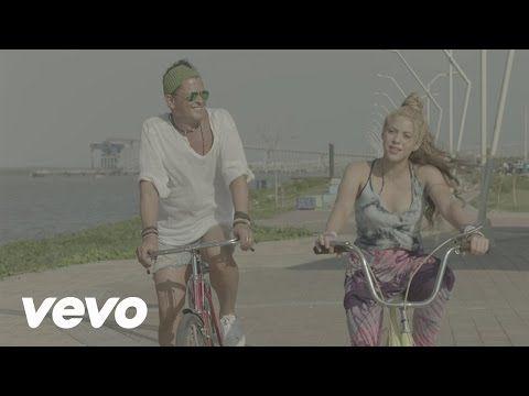 """Video musicale e recensione per il singolo di Shakira & Carlos Vives intitolato """"La Bicicleta"""". Nel video i due girano in bici per le città dove sono nati."""