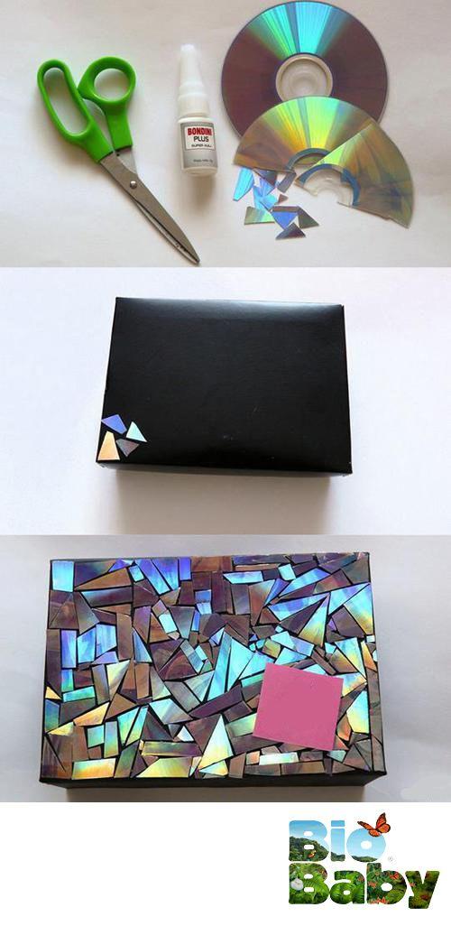 ¿Tienes CDs viejos que ya no sirvan? Recórtalos y pégalos sobre la superficie que quieras para crear un efecto de mosaico reflejante.