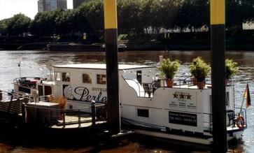 """""""Lassen Sie sich von der maritimen Atmosphäre unseres Hotelschiff Perle verwöhnen""""    Das 1948 erbaute Fahrgastschiff, zugelassen für 110 Personen, wurde im Jahre 2002 zum Hotelschiff """"Perle"""" umgebaut. Es handelt sich um das einzige Hotelschiff in Bremen. Der Liegeplatz befindet sich mitten in der Innenstadt/Altstadt von Bremen. Das Hotel-Schiff Perle Bremen liegt fest vertaut an der Schlachte 3a.  Mittlerweile hat sich die Schlachte in Bremen zu einer """"Flaniermeile"""" entwickelt."""
