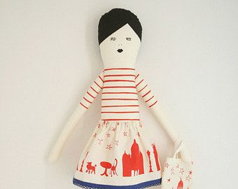 Dit is een ik liefde Parijs Pop vintage roze Ze draagt een rok van de skyline van Parijs en heeft een souvenirs de Paris tas.