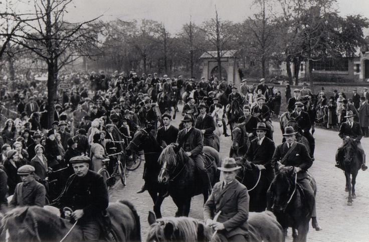 Vereniging Stad en Lande van Gooiland. Emil Luden de voorzitter van genoemde ''Erfgooiers vereniging''  werd in 1933 zeventig jaar. Zijn verjaardag werd groots gevierd, vooral door de Erfgooiers. Luden werd binnengehaald door Erfgooiers te paard. Meer dan 100 ruiters.  .