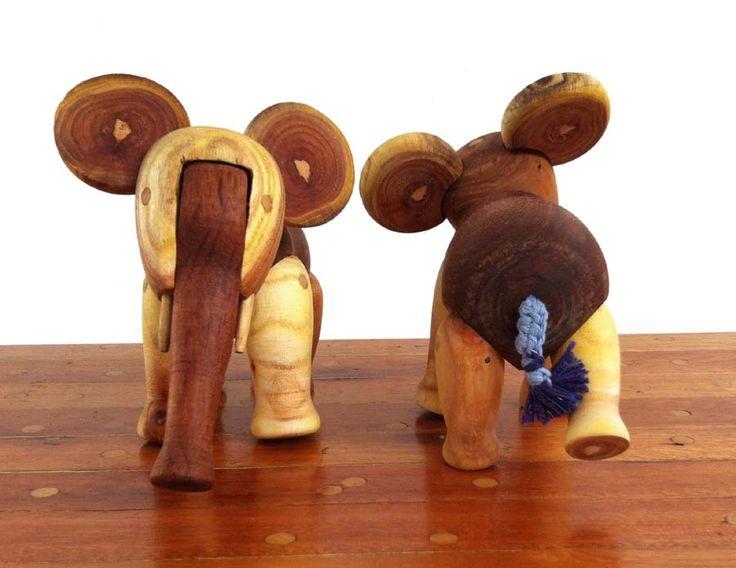 Edad: 3 años o más.  Materiales: realizados con diferentes madera de troncos de poda. Descripción: mueve las patas y la trompa y puede quedarse sentado. Además de estimular la imaginación de los niños es una pieza que se conserva en el tiempo por su belleza decorativa. Medidas: 11cm. de alto por 18 cm. de largo. EN STOCK