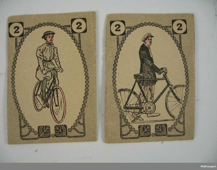 Kortstokk med 25 kort, hvorav 24 er par merket 1 til 12, der kortene på billedsiden gjengir en mann og en kvinne. Det 25. kortet er et mannsansikt merket Svarteper. Baksiden av kortet har et rutemønster.