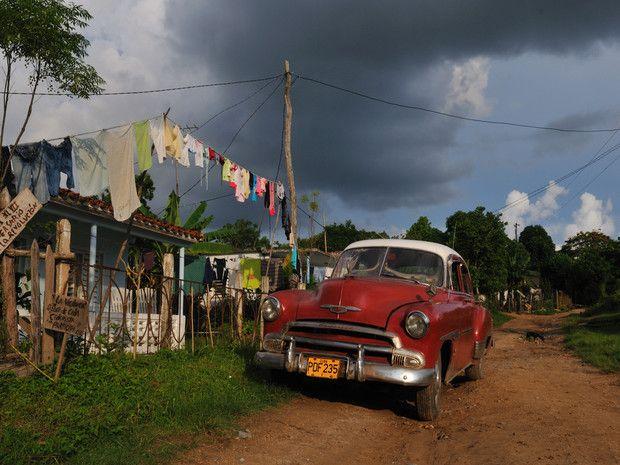 En juillet 2008, en famille, de La Havane,  rejoint la région rurale de Vinales avant de se diriger vers le sud de Cuba, en direction de Cienfuegos et Trinidad. Pour ce peuple qui vit sous le règne de Castro depuis plus de cinquante ans, le tourisme est une manne financière immense, notamment à travers la location de chambres chez l'habitant, les casas particulares, à destination des voyageurs étrangers.