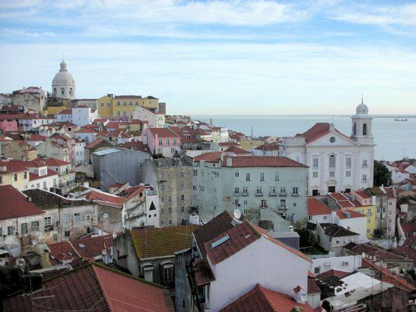 Besoin de souffler et de changer d'air ? Envolez-vous pour Lisbonne ! A seulement 2h de vol de Paris, la capitale portugaise a plus d'un tour dans son sac. On s'y rend tout autant pour sa douceur de vivre que pour son côté branché. City tour, bons plans et bonnes adresses... Suivez le guide !