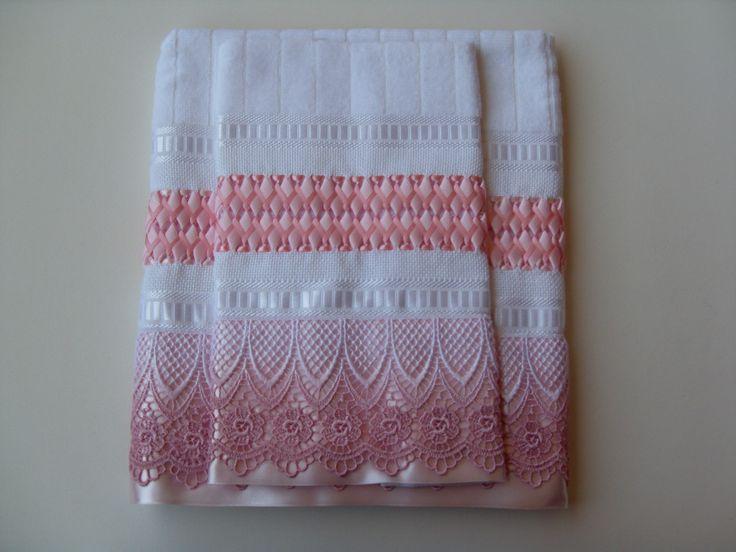 Conjunto para Lavabo composto de 1 toalha tamanho rosto (50x80cm) e 1 tamanho mão (30x50cm)  Toalhas BUETTNER Caprice, 100% algodão, exceto efeito decorativo de viscose  Trançado em Fitas feito à mão com fitas Progresso rosa  Acabamento com Guipir e Fita de cetim rosa.