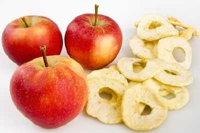 Rezept für gedörrte Äpfel. Mit dem Dörrgerät getrocknete Apfelringe selber machen, dann wissen sie ganz genau was drinnen ist.