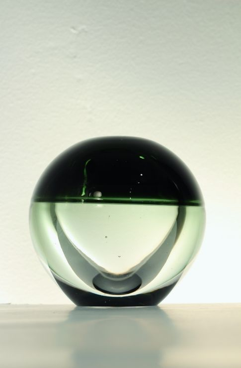 Hand blown dual coloured sphere vase in clear and dark green glass. Designed by Timo Sarpaneva for Iittala in 1957 #mid-century #modernist #midcenturymodern #retro