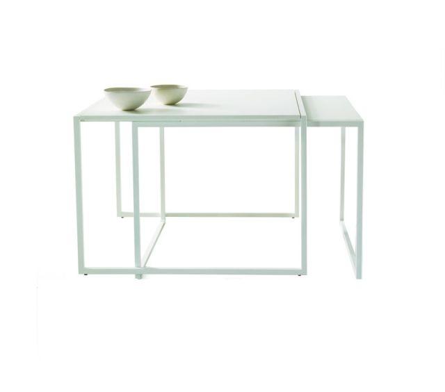Tavolo in acciaio e vetro, si tratta di un tavolino sovrapponibile al fine di ottimizzare lo spazio ed al tempo stesso donare un valore aggiunto al design del tuo ambiente.. Progettato e realizzato da Xam