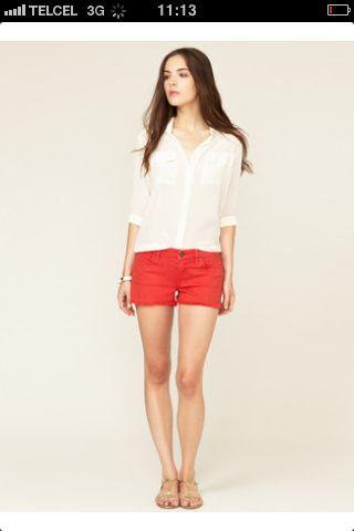 Shorts con blusa y sandalias