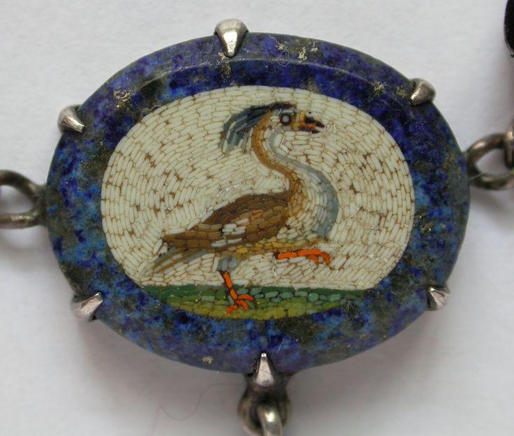 micromosaico raffigurante un uccello (parte della collana in argento micromosaici e granati)