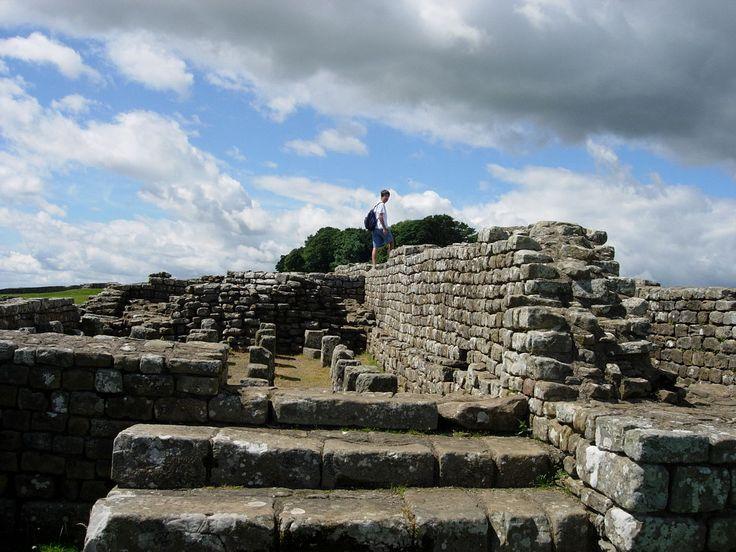 Ruínas da fortaleza em Housesteads, na muralha de Adriano, na Inglaterra, Reino Unido. A muralha foi erguida sobre a terra, com pedra e turfa. Havia torres de observação a intervalos regulares e a uma maior distância quartéis para as tropas de guarnição.  Fotografia: Mark A. Wilson, do Departamento de Geologia do The College of Wooster.