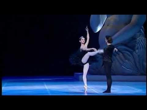 Maurice Béjart - « Casse-noisette », par le Béjart Ballet Lausanne. Musique de Tchaïkovski - YouTube