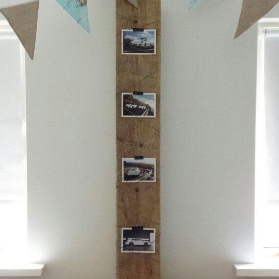 Verwarmingsbuizen weggewerkt dmv steigerhouten plank met porsche kaarten op die slaapkamer van 1 van mijn jongens. Er komen nog klemmetjes op ipv tape.