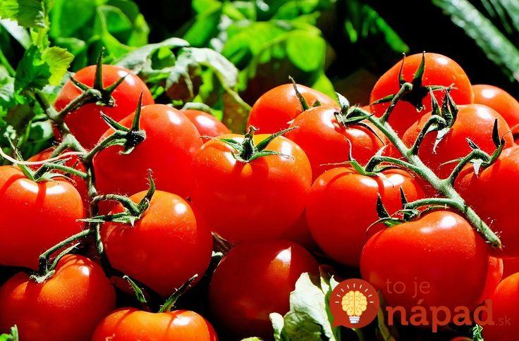 Muž použil v záhrade neobvyklý experiment so starým chlebom. O rok ho zopakoval opäť a tešil sa zo záplavy paradajok!