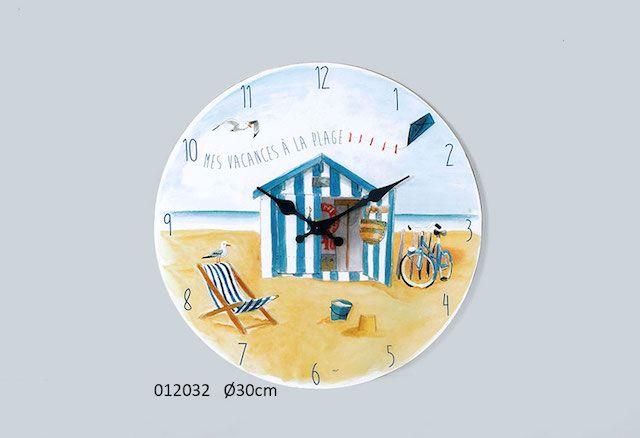Horloge décor mer,sable,cabine de plage,transat,cerf volant , diamètre 30 cm ,fonctionne avec une pile LR6 non fournie. Décor marin très tendance pour une chambre, une entrée ou une cuisine.