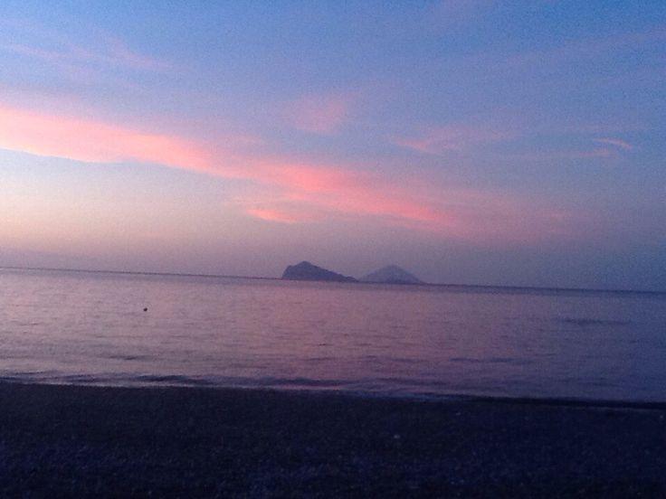 Tramonto sulla spiaggia di Canneto. Sullo sfondo Panarea e Stromboli.