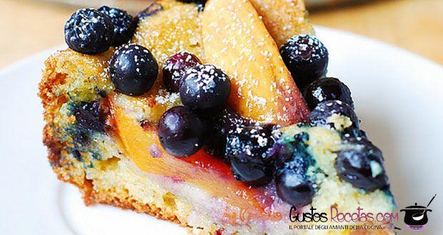 Torta ricca di deliziosa frutta fresca