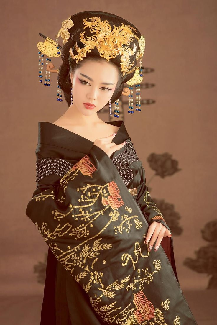это универсальный фото прически для японского платья всеобщей моде