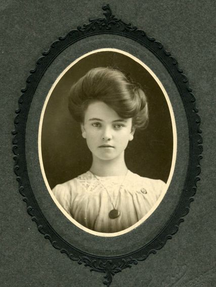 Edwardian beauty, c. 1900 HOW DO THEY GET THEIR HAIR LIKE THAT? None of those damn tutorials work.