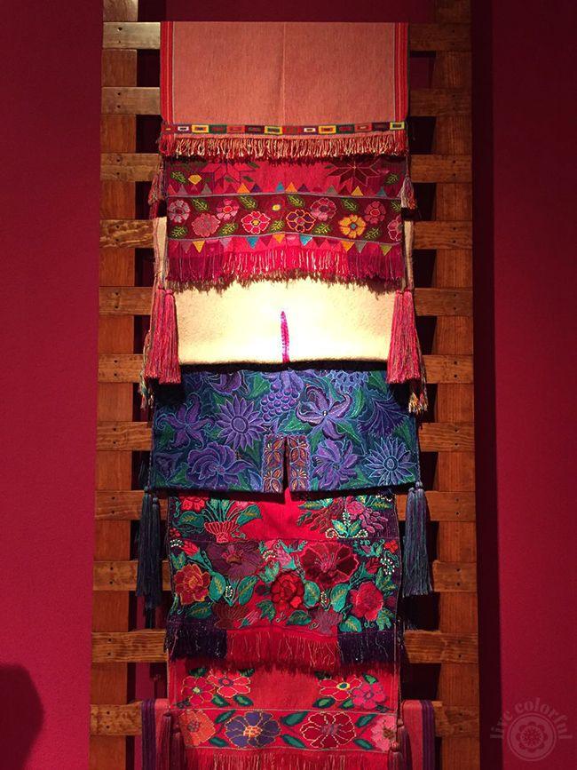 El Arte de la Indumentaria y Moda Tradicional Mexicana. Los estampados y tejidos son totalmente hermosos!   Live Colorful