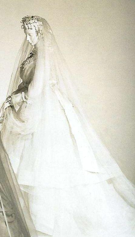 Подвенечное платье. 1860-е. Белая льняная ткань органди, комплект из корсажа с оборками и юбки, отделанной шелковым атласом, большой шелковый бант на талии сзади.