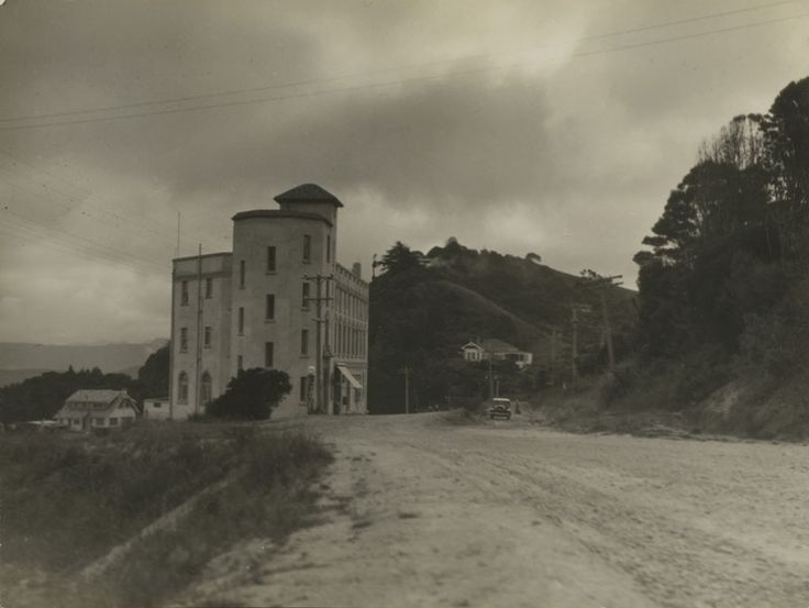 Google Image Result for http://www.aucklandmuseum.com/site_resources/library/Collections__Research/Pictorial_Collections/Major_Collections/Una_Garlick/Hotel-Titirangi-800.jpg