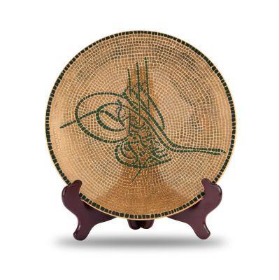 Bu ürün, Osmanlı sultan tuğralarınından esinlenilerek tasarlanmıştır. Sultanın ve babasının adını ve çoğunda el muzaffer daima dua ibaresini içeren, sultanların bir çeşit imzası olan tuğra desenli mozaik tabak, sembolize ettiği; taht, kılıç, kuvvet, kudret anlamlarıyla Osmanlı'nın ihtişamını evinize taşıyacak. 900.00 TL