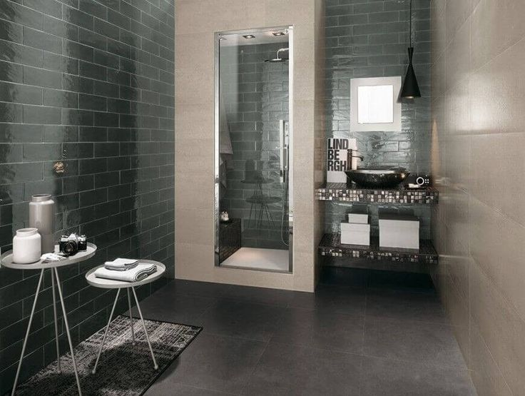 Dies ist eine u-Bahn Keramik inspiriert Badezimmer mit dunklen Grün glänzenden Fliesen an der linken Seitenwand bedeckt; die gegenüberliegende Wand ist in Beige. Der kompakte Eitelkeit Zähler fällt in u-Bahn Keramik Mosaikfliesen und hält ein schwarzes Schiff versenken.