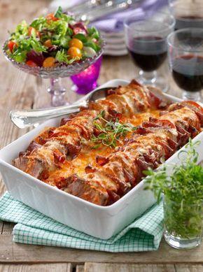 Fläskfilé, skivade tomater och salami ger god smak åt gratängen.