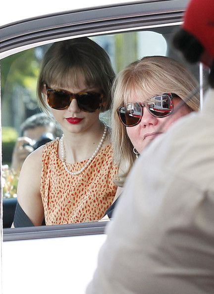 Taylor Swift Mom and Dad | Andrea Swift Pictures - Taylor Swift's day Out With Her Mom - Zimbio
