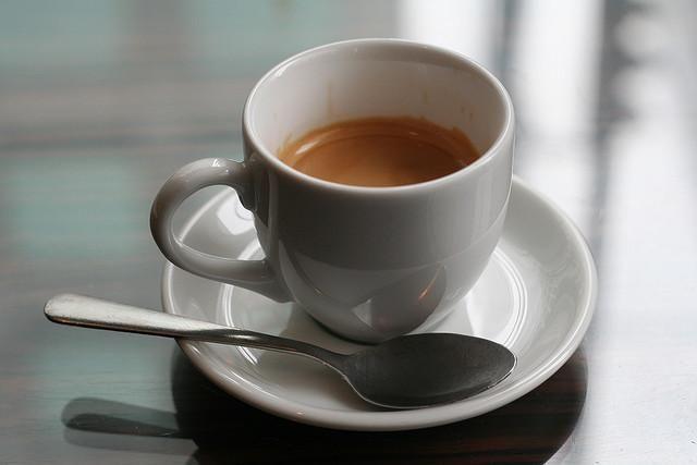 Bere caffè aiuterebbe a non sviluppare l'Alzheimer. Questo secondo una ricerca dell'Institute for Scientific Information on Coffee. Parte della comunità scientifica è scettica, ma in attesa di nuovi studi e ricerche, noi italiani, amanti appassionati del caffè, accogliamo questa notizia con piacere! #Caffè #coffee #Espresso #Alzheimer
