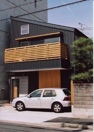濃いグレー色の片流れ屋根の家(『石川町の家』狭小地の立地を生かした住まい) - 外観事例|SUVACO(スバコ)