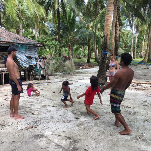 Skákáním přes gumu se baví děti a teenageři po celém světě👣✌️ #filipiny #skakaciguma #skakanipresgumu #plaz