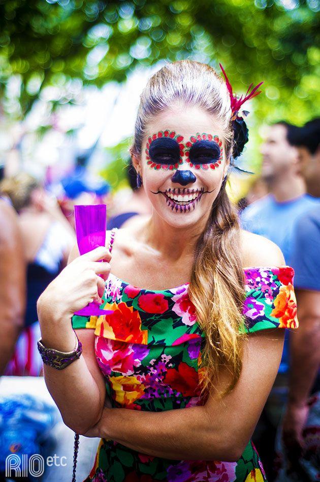 Maquiagem caprichada e flores no cabelo formam uma fantasia de caveira mexicana para o carnaval!