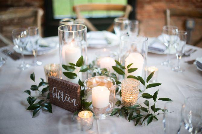 Kronleuchter und romantische Blumen am Mt. Washington Mill Dye House in Ba … – Hochzeit dekoration