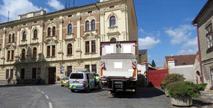 Řidič vjel náklaďákem do zákazu a ohobloval obytný dům