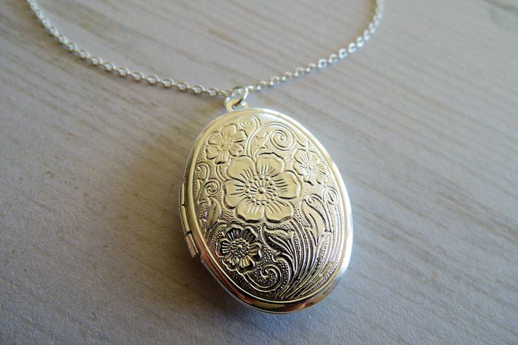 Lockets – Silver Flower locket foto medaillon  women  – a unique product by MadamebutterflyMeagan on DaWanda