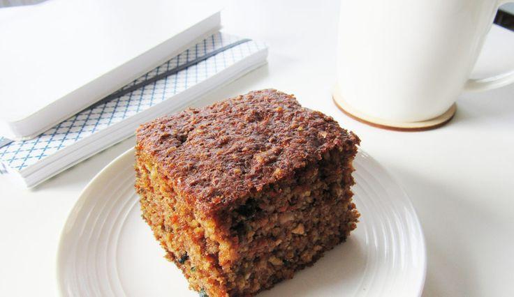 Co powiecie na ciasto marchewkowe bez mąki i cukru? Takie bardzo puszyste, wilgotne i bardzo aromatyczne? Z płatkami migdałów i słonecznikiem?